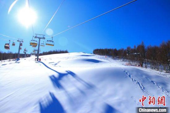 图为万龙滑雪场缆车。 李登云 摄