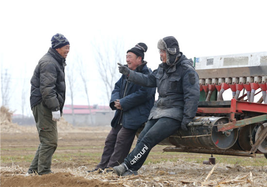 3月1日,陶向琳(右)在播種間歇與社員交流。