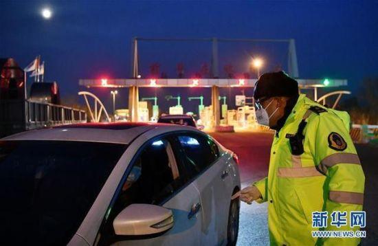 在津沧高速出口前毕庄收费站,天津市交通运输综合行政执法总队的执法队员解答车主疑问(2月8日摄)。新华社记者 李然 摄