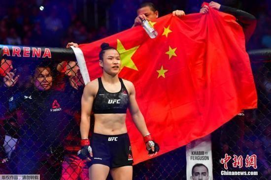 北京时间3月8日,中国首位UFC冠军张伟丽在美国拉斯韦加斯举行的UFC248站女子草量级世界冠军卫冕战上,在五个回合里以点胜击败波兰选手乔安娜,成功卫冕。
