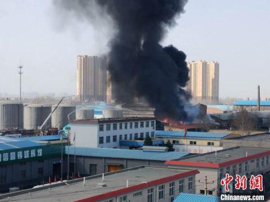 图为失火的化工厂仓库。 王天译 摄
