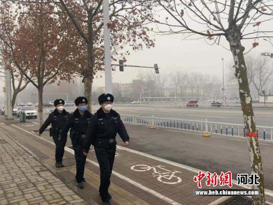 图为公安民警在市区街头巡逻。 供图