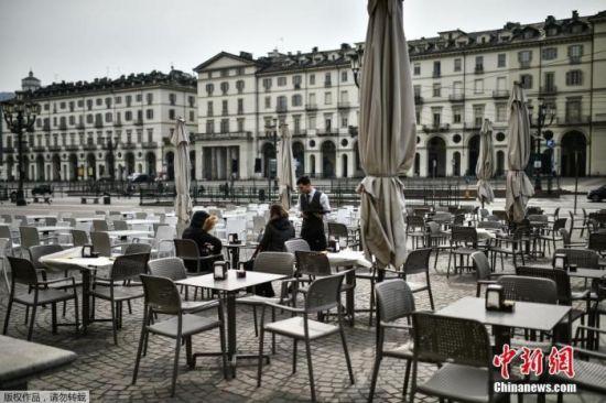 图为都灵维托里奥广场露天咖啡馆。