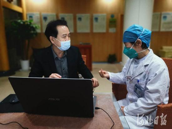 李春雷(左)采访张继先医生。 李春雷供图