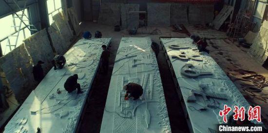 技术人员正对即将完工的《埃塞赞歌》浮雕墙进行最后修饰。 薄丽丽 摄