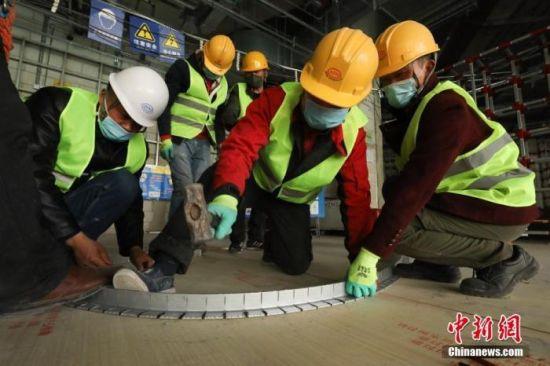 3月18日,北京环球度假区项目工地现场,工人在进行施工。 中新社记者 蒋启明 摄