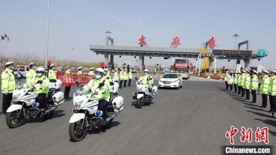 衡水交警迎接、护送支援湖北医疗队首批返衡队员车队。 王鹏 摄