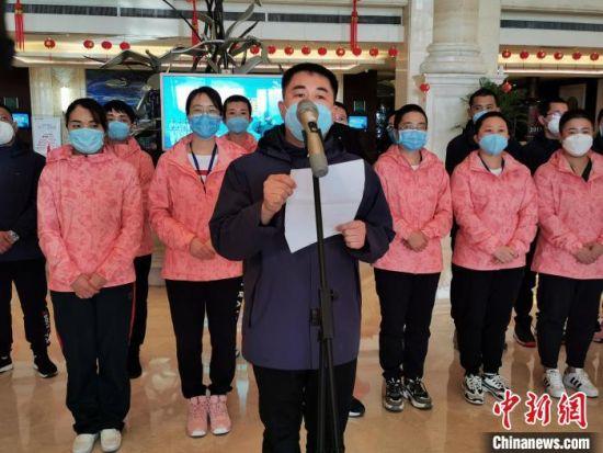 衡水市支援湖北武汉第二批医疗队队长、市第五人民医院护师张宏亮发言。 王鹏 摄