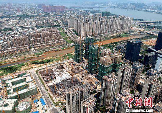 资料图:福州市闽江畔住宅林立。 中新社记者 吕明 摄