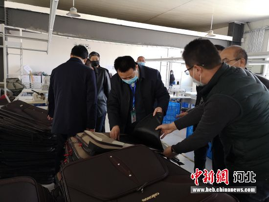 唐县县委书记杜庆勇等调研指导白合镇西赤村扶贫加工车间。 耿赫敏摄