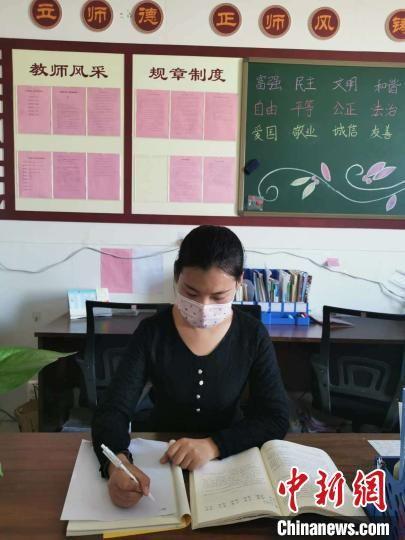 图为老师正在给学生写信笺。 王荣安 摄
