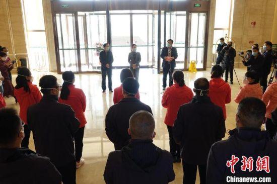 衡水市支援湖北医疗队第二批返衡人员欢迎仪式现场。 王鹏 摄