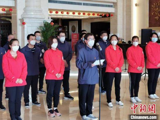 衡水市第一批援鄂医疗队队长吴建朝发言。 王鹏 摄