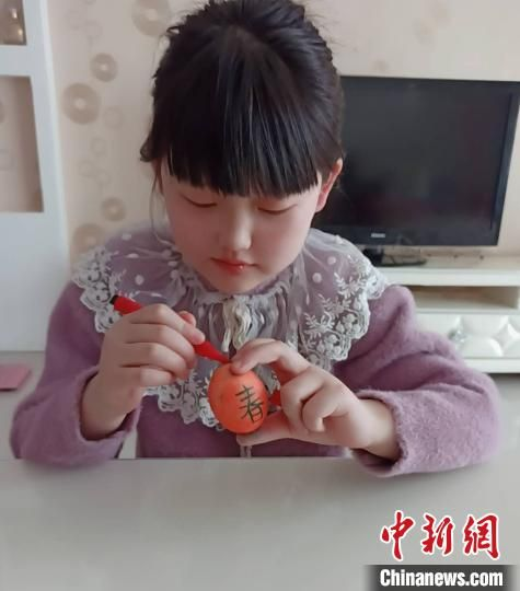图为邯郸萌娃正在创作彩蛋。 王荣安 摄