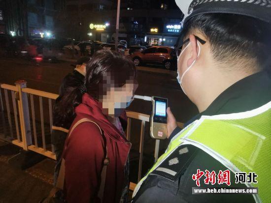 图为交警在专项整治行动中执法现场。 王鹏 摄