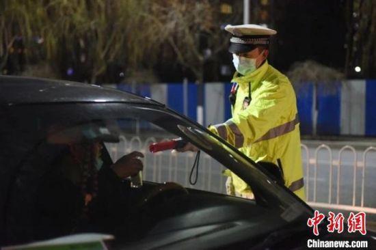 图为河北保定交警对驾驶人进行检查。保定交警支队供图