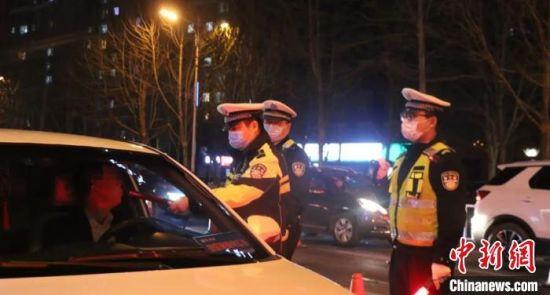 图为沧州交警突出恢复营业的餐饮娱乐场所周边道路进行检查。沧州交警支队供图