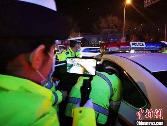 图为廊坊交警直播周末夜查酒驾行动。廊坊交警支队供图