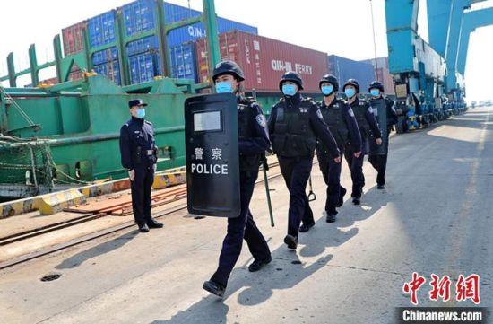图为秦皇岛出入境边防检查站执勤民警在码头巡逻。 曹建雄 摄