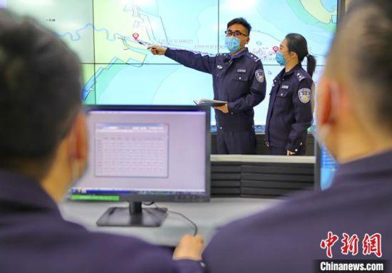 图为秦皇岛出入境边防检查站民警核查入境船舶轨迹。 曹建雄 摄
