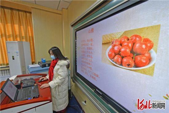 石家庄市长安区一位老师正在进行网课录制。 河北日报记者田明摄