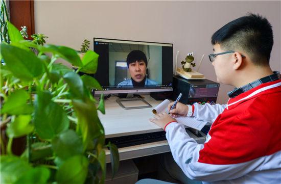 3月14日,邯郸市峰峰矿区一名学生在家中通过线上直播,接受老师的心理辅导。新华社记者王晓摄