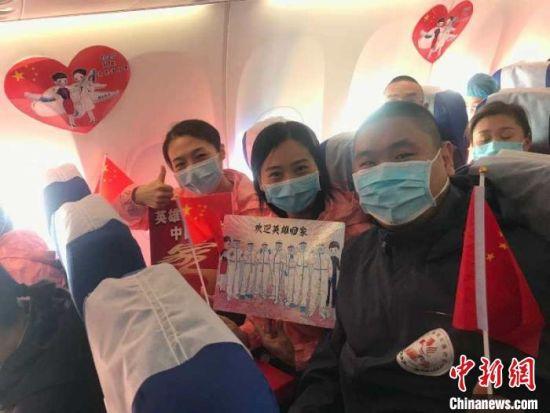 在飞机上过了一个难忘的生日,赵少岩感动不已。赵少岩供图