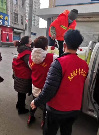 图为蓝天社区新时代文明实践志愿服务队志愿者们在搬运用于社区日常消毒的消毒液。 时月美 摄