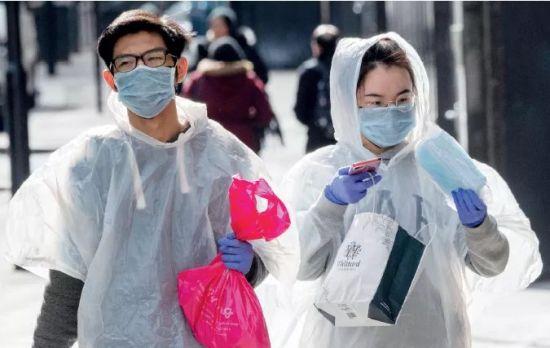 """3月6日,伦敦街头,两名出行者都穿上了""""防护服""""。"""