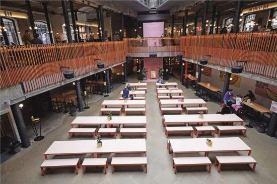 3月17日,在英国伦敦,一家市场的餐饮区在午饭时间顾客稀少。摄影/雷伊・唐