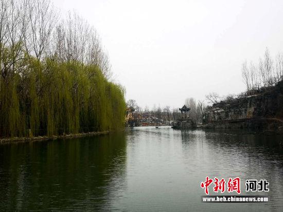 保定市满城区漕河上游龙门峡谷段水清树绿。 马赛 摄