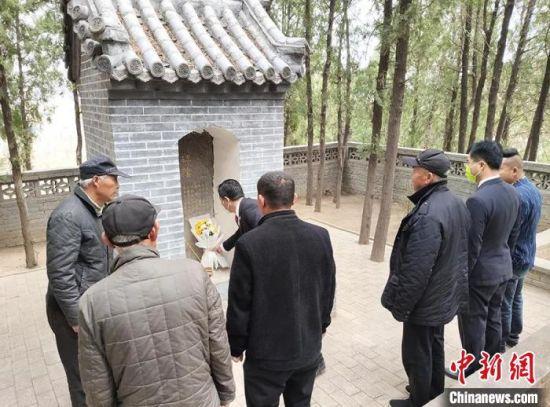 清明节前夕,唐县检察院驻张合庄扶贫工作队和村两委班子祭扫烈士公墓。保定市检察院供图。