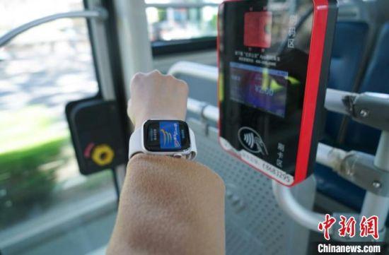 继安卓手机后,苹果手机及手表可在线开通京津冀互联互通卡。一卡通公司供图