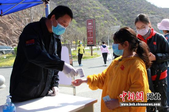 游客排队测温。 金山岭长城文物管理处提供