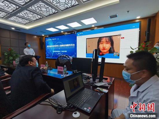 图为现场连线海外华侨华人健康咨询。翟羽佳 摄