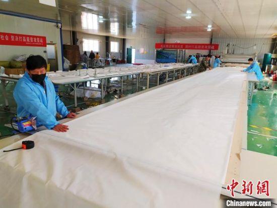 平乡县妇女扶贫创业中心车间内工人在有序地忙碌着。 李铁锤 摄