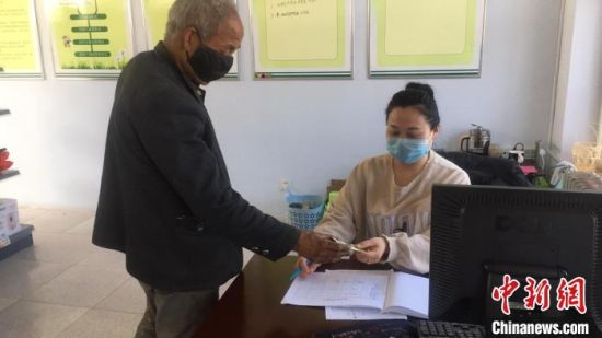 """图为涿鹿县南山区群众在""""爱心超市""""兑换商品。 温婧 摄"""