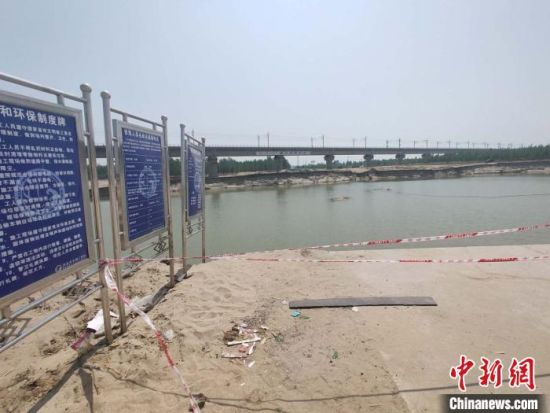 4月28日,跨河涵洞公路已被冲毁。 王天译 摄