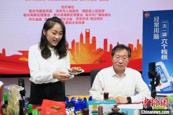 衡水市副市长吴波正在介绍衡水特产。 王鹏 摄