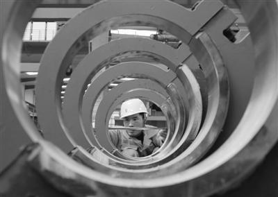 河北丰润装备制造企业开足马力促生产,助推经济发展。图为4月27日,工人在唐山市丰润区一家起重设备制造企业生产车间工作。 新华社记者 杨世尧摄