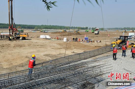 图为白洋淀景区周边防洪堤和旅游码头改造提升项目施工现场。中新社记者 韩冰 摄