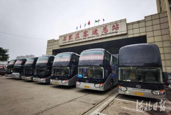 5月9日下午,石运集团西部长青惠民旅游直通车首发。 通讯员王建勋摄