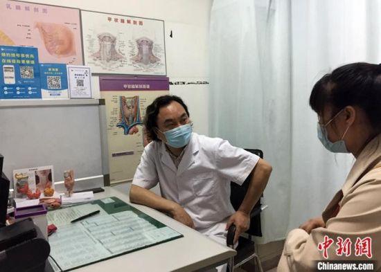 5月7日,廖海鹰在石家庄为患者看病。全国人大台湾代表团代表、中华全国台湾同胞联谊会理事廖海鹰是河北医科大学第二医院的一名外科主任。 中新社记者 翟羽佳 摄