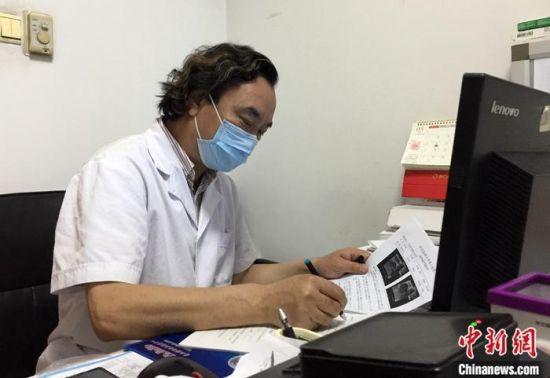 5月7日,廖海鹰在其石家庄的办公室认真工作。中新社记者 翟羽佳 摄