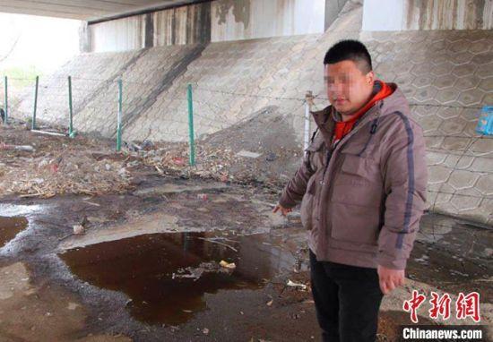 犯罪嫌疑人王某飞在指认倾倒现场。邢台市公安局供图