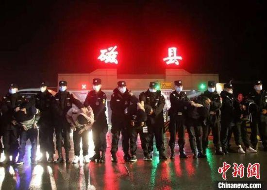 图为磁县警方抓获的犯罪嫌疑人。 邯郸市公安局供图