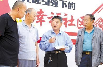 5月11日,全国人大代表、曲周县爱心车队队长张青彬(右二)在曲周镇南甫村走访群众,收集民声民意。河北日报通讯员 谷怀平摄