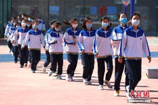 资料图:5月11日,北京丰台二中初三学生到操场准备进行升旗仪式。当日,北京市初三年级学生返校复课。 中新社记者 富田 摄