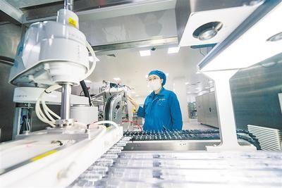 近日,在位于正定高新区的河北常山生化药业股份有限公司内,工人正在加紧生产。河北日报通讯员 武志伟摄
