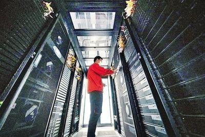 近日,在石家庄常山北明科技股份有限公司投资建设的常山云数据中心内,科技人员正在对数据机房进行监控排查、数据分析。河北日报通讯员 武志伟摄